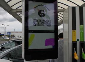 佳视窗科技32寸户外加油站壁挂横屏助力广东深圳某传媒公司